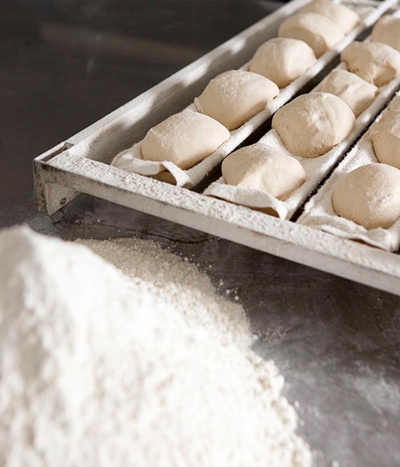 Massa de pães e monte de farinha